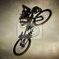 Plakat młody człowiek latający na rowerze: dirt jump