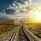 Fototapeta kolej idzie do horyzontu w słońca
