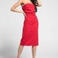 Czerwona elegancka dopasowana sukienka z odkrytymi ramionami