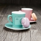 Fototapeta kubki do kawy z francuskich makaroniki na stole