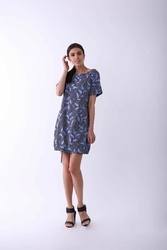 Niebieska nowoczesna sukienka na krótki rękaw