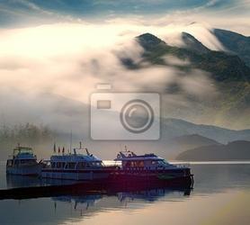 Fototapeta piękne jezioro z ładnym łodzi