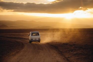 Fototapeta na ścianę samochód z górami w tle fp 4069