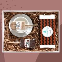 Zestaw prezentowy na wyjątkową okazję classic coffeebox. zestaw 20 kaw mielonych w różnych smakach 20x 10g, klasyczna biała filiżanka i dwa kolorowe lizaki
