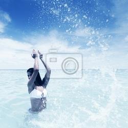 Obraz kobieta kąpieli w morzu
