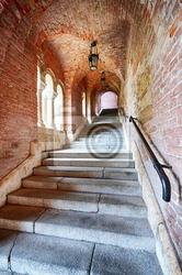 Fototapeta stare schody pod tunel ceglany