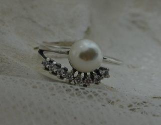 Oktawia - srebrny pierścionek z perłą i cyrkoniami