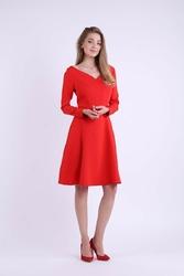 Rozkloszowana czerwona sukienka z dekoltem w kształcie litery v