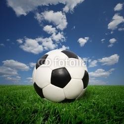 Obraz na płótnie canvas trzyczęściowy tryptyk piłka nożna na trawie