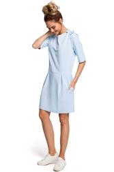 Błękitna kobieca sukienka dzianinowa z kokardką na ramieniu