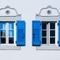 Niebieskie okiennice - plakat premium wymiar do wyboru: 70x50 cm