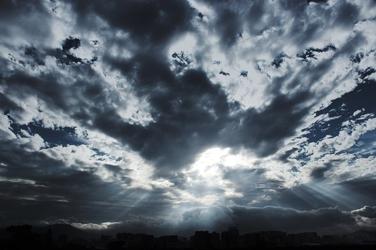 Fototapeta słońce przebijające się przez chmury fp 1748