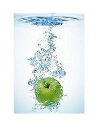 Green apple in water - reprodukcja