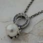 Alli - srebrny wisiorek z perła i kryształkami