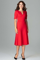 Czerwona koktajlowa sukienka midi z wycięciem v przy dekolcie
