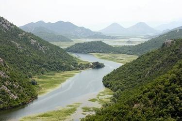 Fototapeta rzeka wśród zielonych pagórków fp 2000