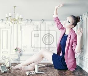 Obraz duża dziewczynka w małym pokoju