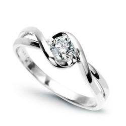Staviori pierścionek. 1 diament, szlif brylantowy, masa 0,20 ct., barwa h, czystość si1. białe złoto 0,585. średnica korony ok. 5 mm. wysokość 3 mm. szerokość obrączki ok. 2 mm.