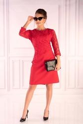 Czerwona dopasowana sukienka z gipiurą