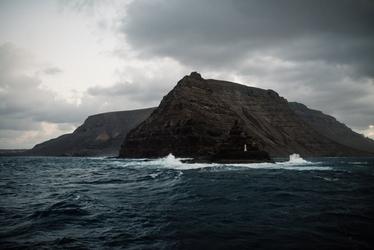 Fototapeta na ścianę wzburzona woda rozbijająca się o skały fp 4744