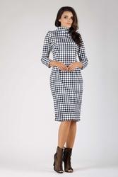Elegancka dopasowana sukienka z golfem w szachownice