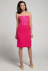 Różowa koktajlowa sukienka o fasonie tuby z odkrytymi ramionami z koronką