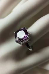 Pierścionek posrebrzany z dużym fioletowym kryształkiem