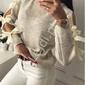 Sweterek damski z rozcięciem na rękawach zdobiony kokardkami, kolor kawa z mlekiem