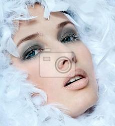 Obraz modna kobieta twarz otoczona białymi piórami