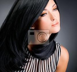 Obraz piękna brunetka kobieta z długimi czarnymi prostymi włosami
