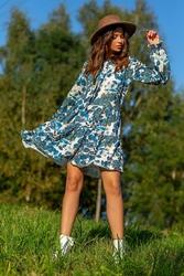 Luźna sukienka boho z florystycznym motywem - niebieska