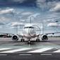 Fototapeta razem samolot zobacz na lotnisku z dramatycznego niebo