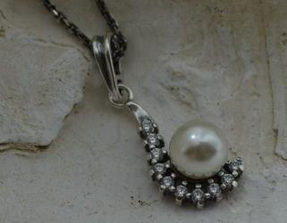 Oktawia - srebrny wisiorek z perłą i kryształkami