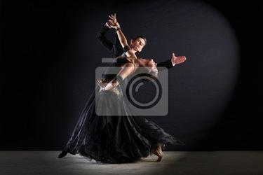 Obraz latino tancerze w sali balowej samodzielnie na czarny