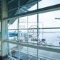 Fototapeta airport oknem w deszczu