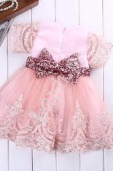 Różowa sukienka dla dziewczynki z koronką i cekinową kokardą