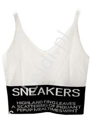 Biały top sweterkowy z napisami sneakers