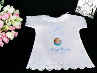Koszulka szatka Chrzcielna atłasowa z koronką ażurową Pamiatka Chrztu na chrzest zdjęcie imię data