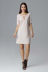 Beżowa prosta sukienka z dekoracyjnym wycięciem przy dekolcie