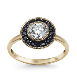 Staviori pierścionek. 1 topaz biały, masa 0,70 ct.. 16 szafirów, masa 0,32 ct.. żółte złoto 0,585. średnica 12 mm.
