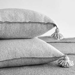 Moyha :: poduszka z pomponami jasno szara