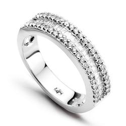 Staviori pierścionek. 46 diamentów, szlif brylantowy, masa 0,13 ct., barwa h-j, czystość si2-i1. 23 diamenty, szlif bagieta, masa 0,30 ct., barwa h-j, czystość si2-i1. białe złoto 0,585. szerokość 4,5 mm.
