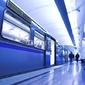 Obraz na płótnie canvas czteroczęściowy tetraptyk niebieski szybki pociąg zatrzymać na platformie hali