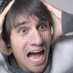 Naklejka samoprzylepna przestraszony młody człowiek przestraszony