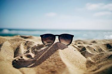 Fototapeta na ścianę okulary na piasku fp 3973