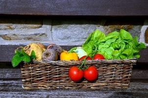 Fototapeta na ścianę zdrowe warzywa w koszu wiklinowym fp 880
