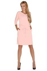 Różowa dzianinowa sukienka w serek wiązana w pasie