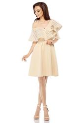 Beżowa sukienka na jedno ramię z szeroką falbanką