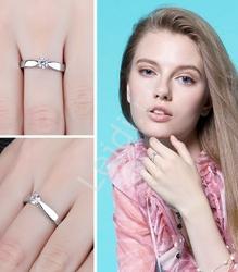 Srebrny delikatny pierścionek z cyrkonią