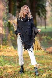 Czarne ciepłe poncho-sweter z frędzlami
